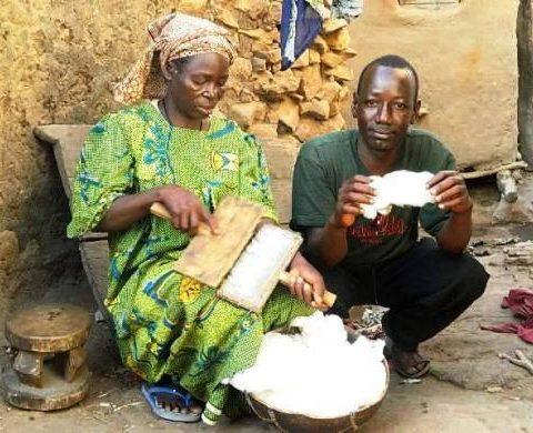 Boukary konaté avec une vieille femme qui file du coton artisanalement